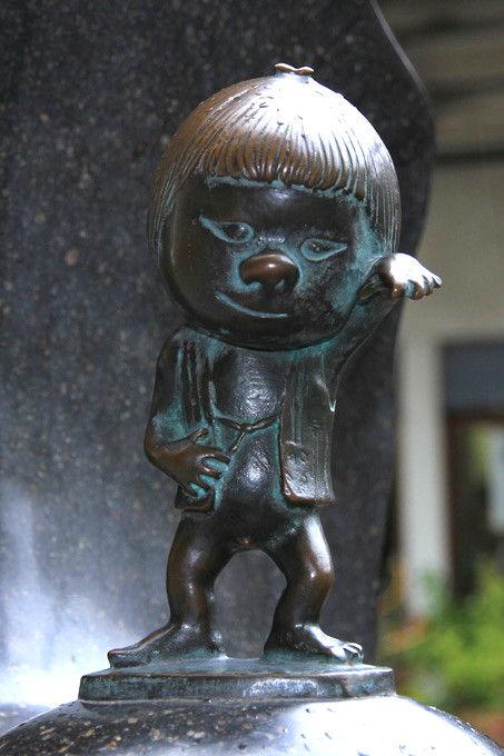 A bronze statue of Zashiki Doji at Shigeru Mizuki Road